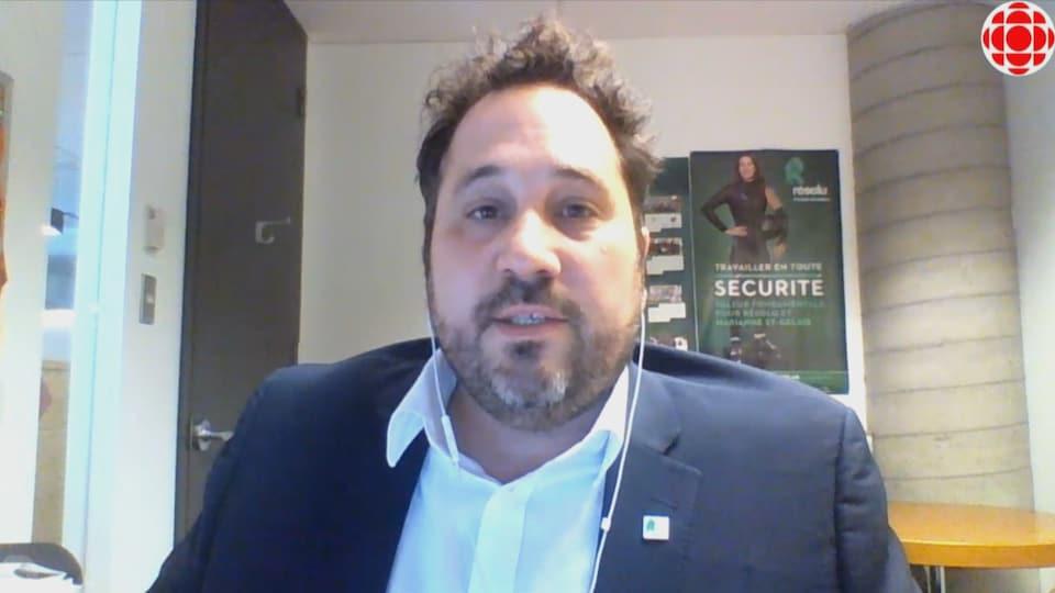 Louis Bouchard lors d'une entrevue fait à distance derrière son ordinateur.