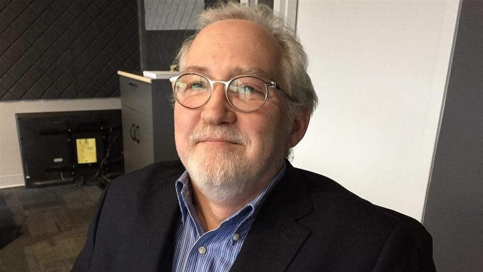 Louis Durand assis à Radio-Canada Sudbury.