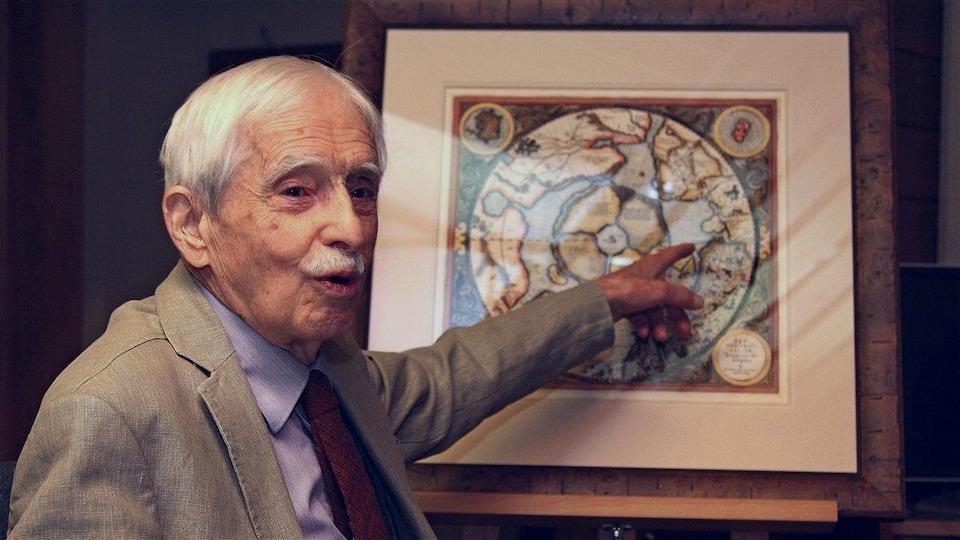 Louis-Edmond Hamelin montre une carte du doigt.