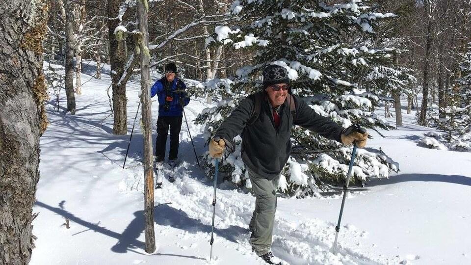 Louis Fradette parcourt une quinzaine de kilomètres en ski de fond pour se rendre à son point d'observation dans la réserve faunique de Matane.