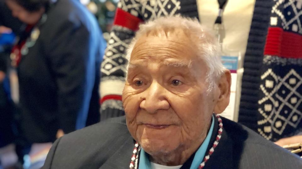 Louis Levi Oakes a été honoré par ses pairs lors de son passage à la réunion annuelle des chefs de l'Assemblée des Premières Nations (APN), à Ottawa, le 4 décembre 2018.