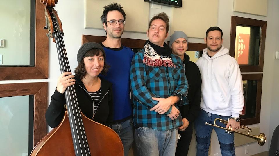 Cinq musiciens sourient dans nos studios de Rouyn-Noranda.