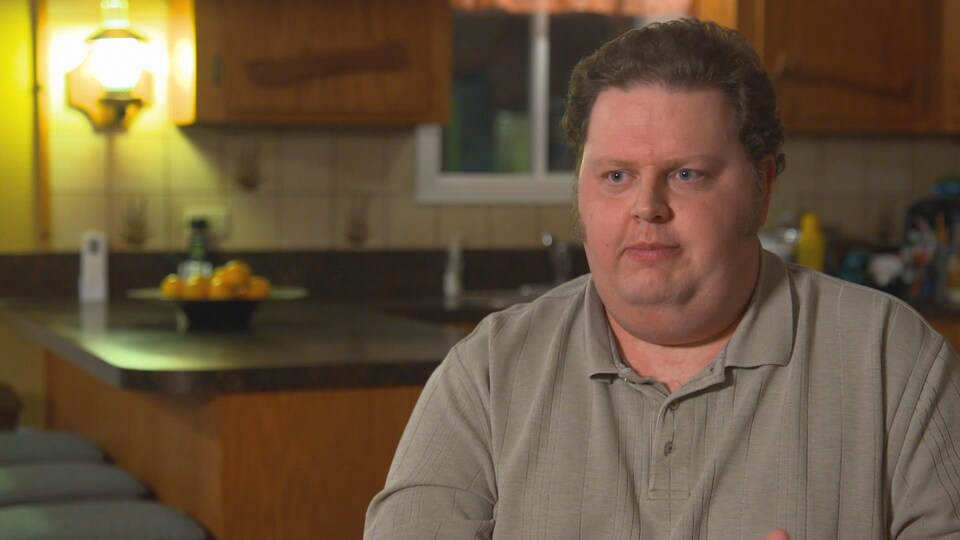 Louis-Vincent Fillion Pratte est assis dans une cuisine lors d'une entrevue pour l'émission La facture.