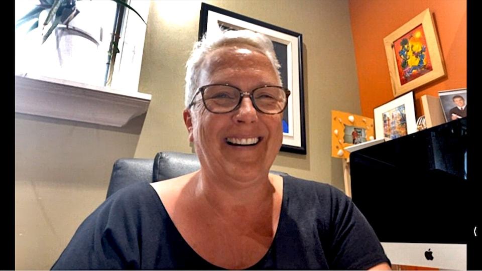 Louise Brach, très souriante