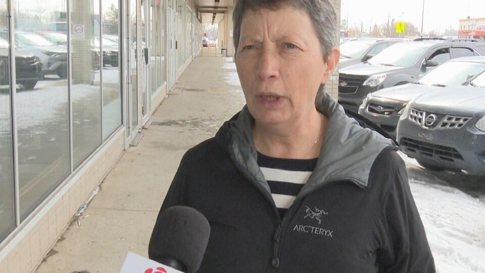 Louise Gagnon du Regroupement pour la sauvegarde de la baie de Sept-Îles accorde une entrevue à Radio-Canada.