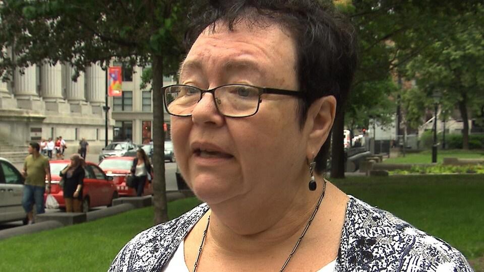 Louise Riendeau accorde une entrevue à l'extérieur, en été.