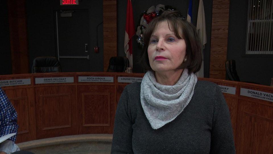 Louisette Langlois dans la salle du conseil municipal de Chandler.
