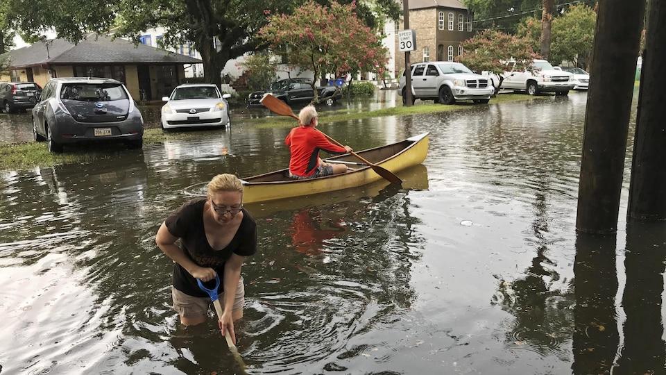 Des résidents d'un secteur de La Nouvelle-Orléans aux prises avec des inondations.