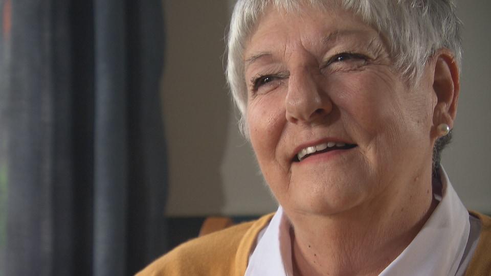 Louise David rit durant une entrevue à la caméra.