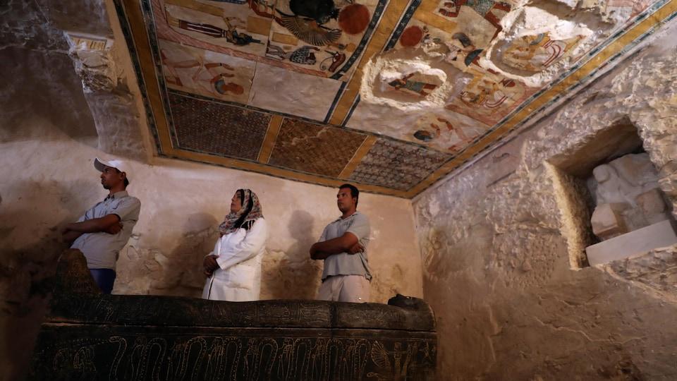 Une vue de l'intérieur de la tombe découverte dans la nécropole Al-Assassif à Louxor.
