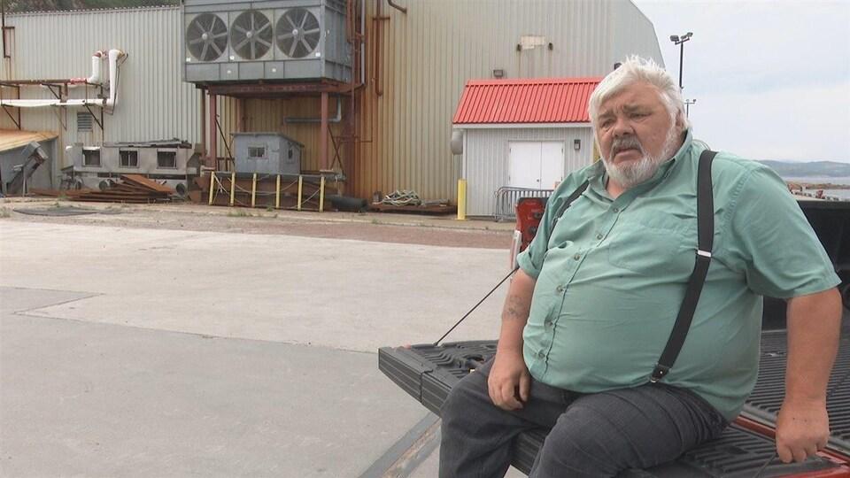 Randy Jones, maire de Gros-Mécatina en Basse-Côte-Nord, devant l'ancienne usine.