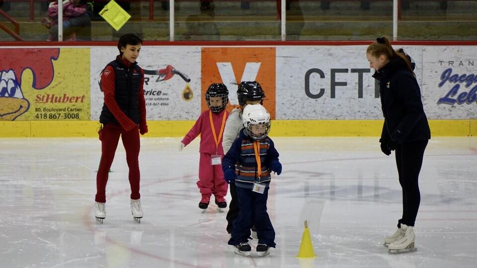 Lubov Ilyushechkina avec des enfants et une entraîneuse sur la glace.