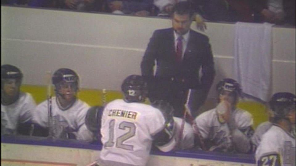 Un joueur de hockey parle à son entraîneur.