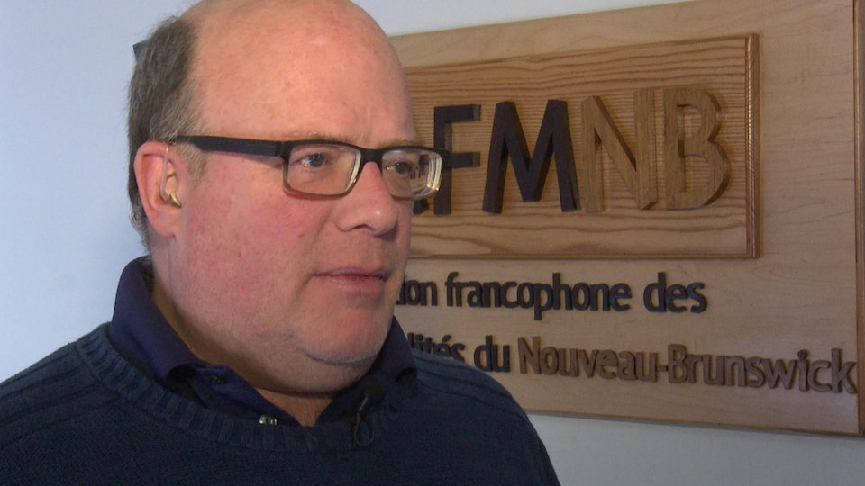 Luc Desjardins répond aux questions du journaliste, dans ses bureaux à Petit-Rocher.