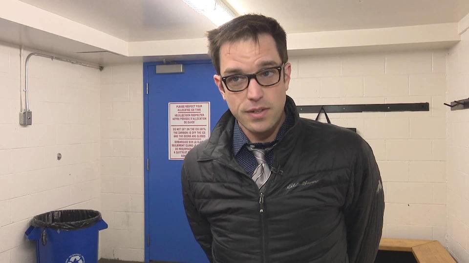 Luc Léger dans le vestiaire de l'équipe de hockey.