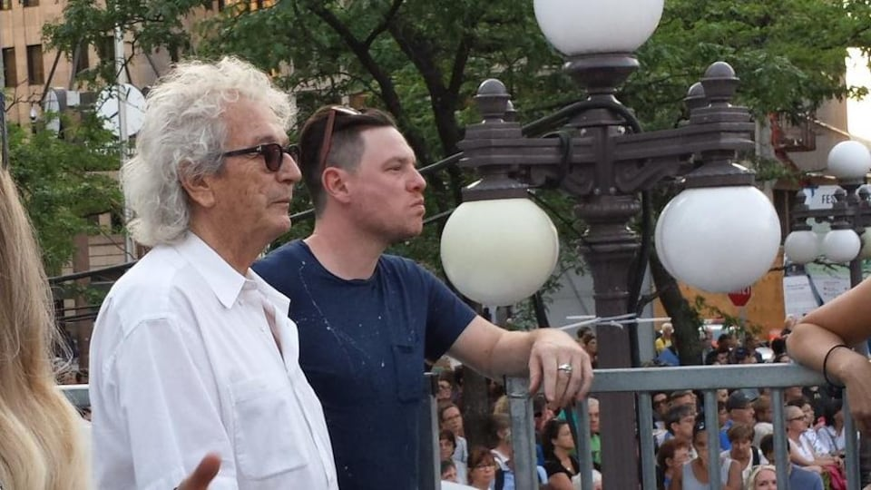 Luc Plamondon assiste au spectacle d'Hubert Lenoir à la place D'Youville.