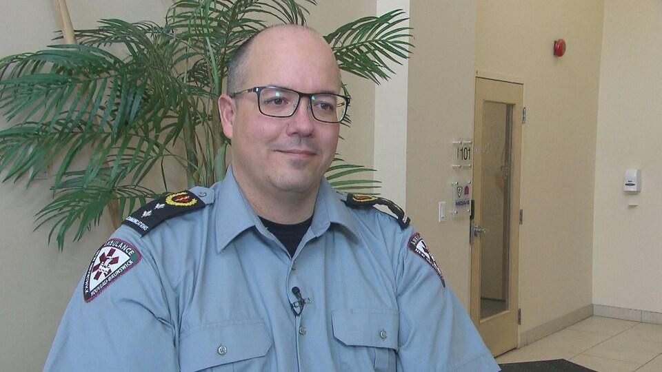 Un homme en uniforme d'Ambulance Nouveau-Brunswick.