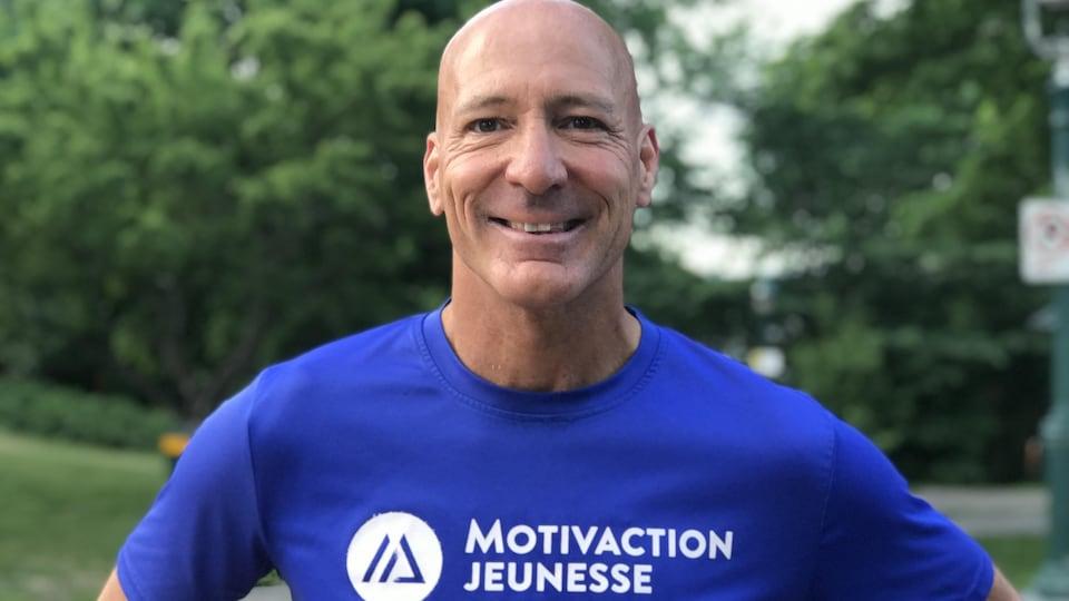 Luc Richer, directeur de Motivaction jeunesse, souriant à la caméra