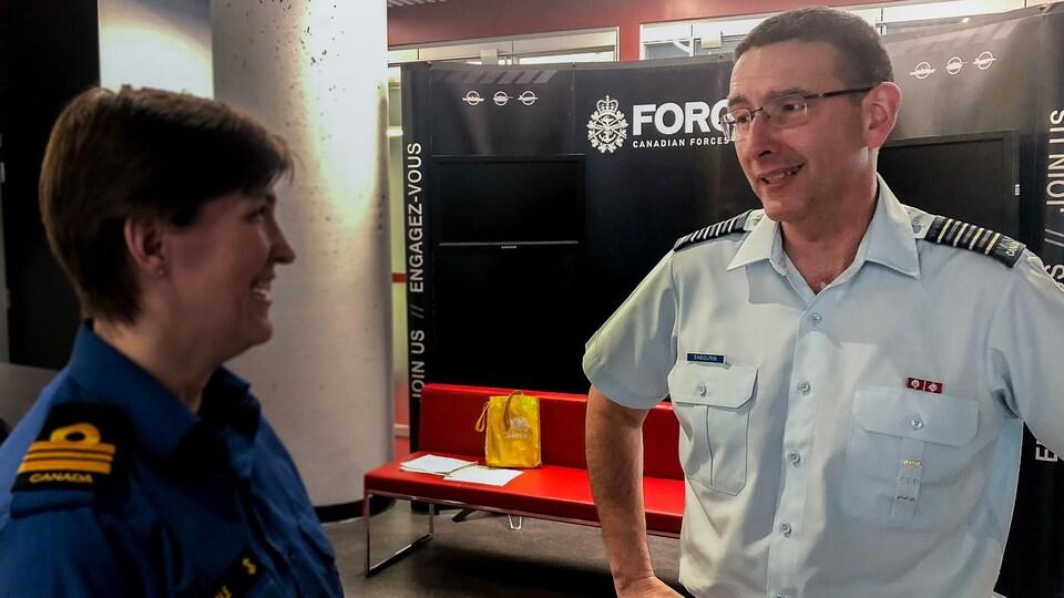 Le colonel Luc Sabourin (à droite) est responsable du recrutement au sein des Forces armées canadiennes.