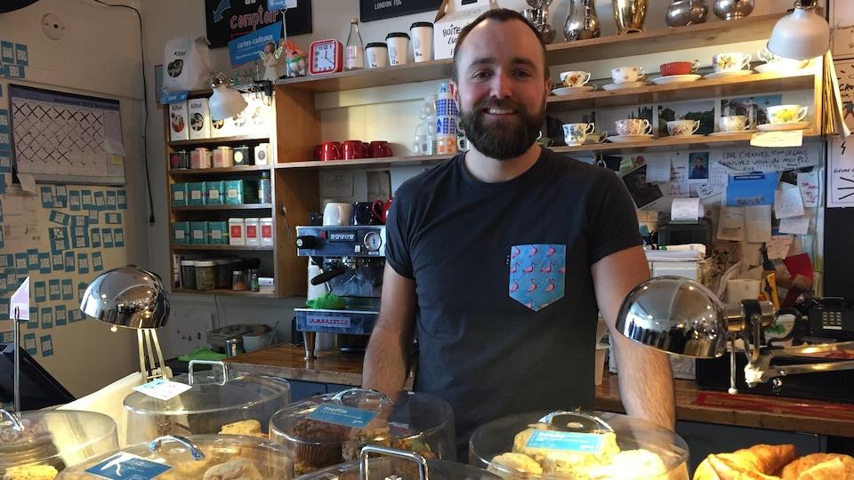 Luc Sénéchal, propriétaire du café La Brume dans mes lunettes et de l'atelier Le monde est scone