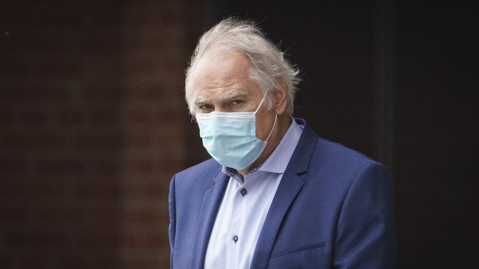 Plan rapproché de Luc Wiseman portant un masque de procédures.