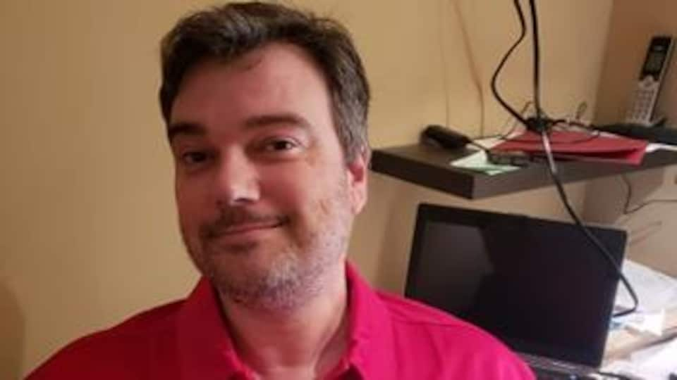 Parolier et chanteur du tout nouveau groupe Luminol, Frédéric Desjardins est aussi professeur de français à l'école secondaire Le Sommet. Belle homme, un peu rondouillet.