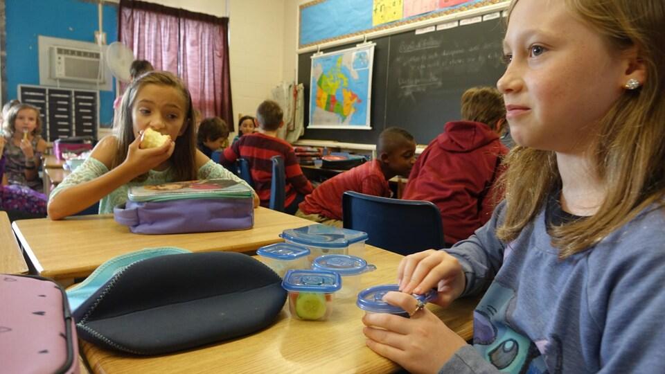 Les parents sont encouragés à utiliser des contenants réutilisables pour les collations et repas de leurs enfants.