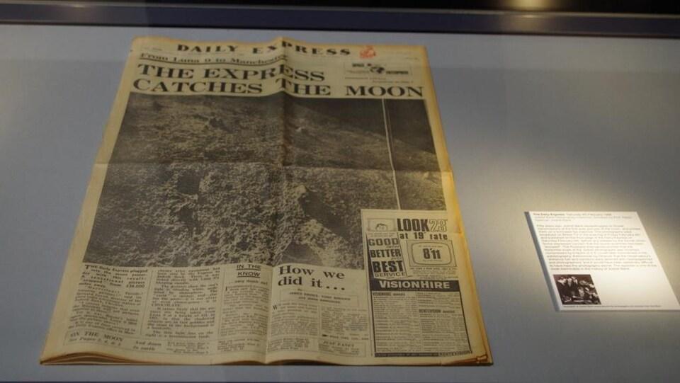 L'édition du Daily Express avec une photographie de la surface de la lune prise par Lunik 9 en première page