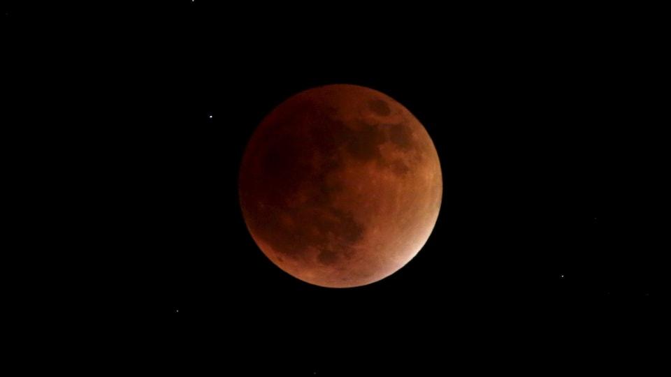 Une super Lune aux reflets rougeâtres dans le ciel