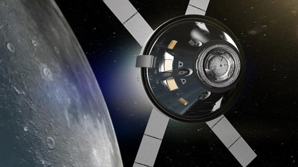 Représentation artistique du vaisseau spatial Orion autour de la Lune.