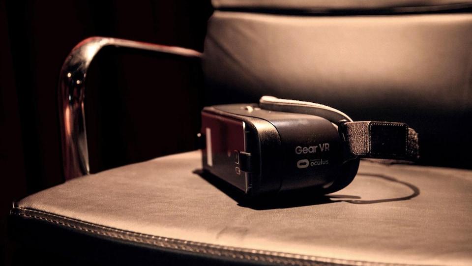 Un casque de réalité virtuelle posé sur une chaise