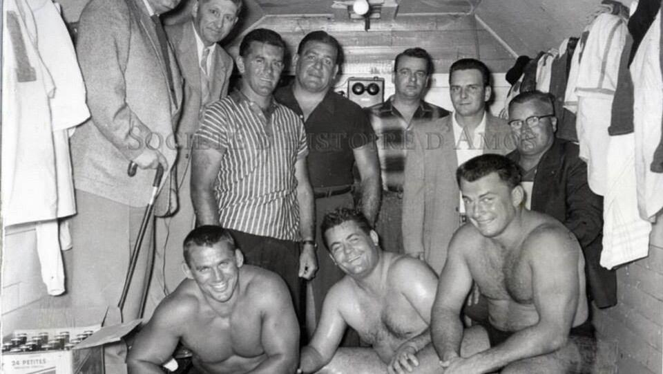 Maurice Richard, arbitre de lutte, accompagné de Johnny Rougeau, Édouard Carpentier et Yvon Robert le 2 août 1958.