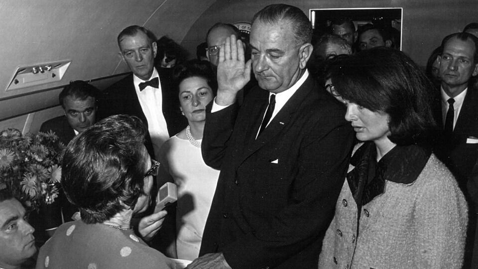 Lyndon B. Johnson prête serment dans un avion.