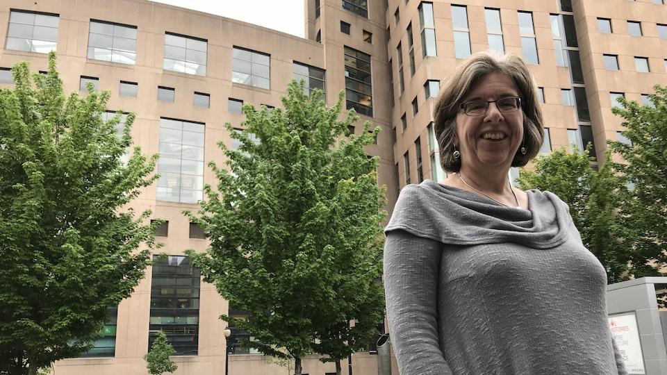 Une femme dehors à Vancouver sur une rue du centre-ville