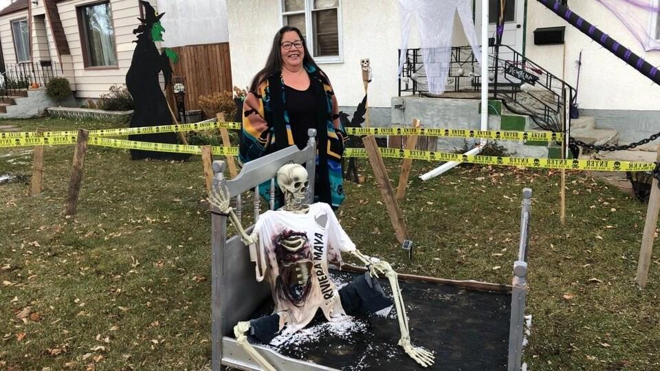 Lynn Paul, une Winnipégoise, se tient debout parmi des décorations de l'Halloween.