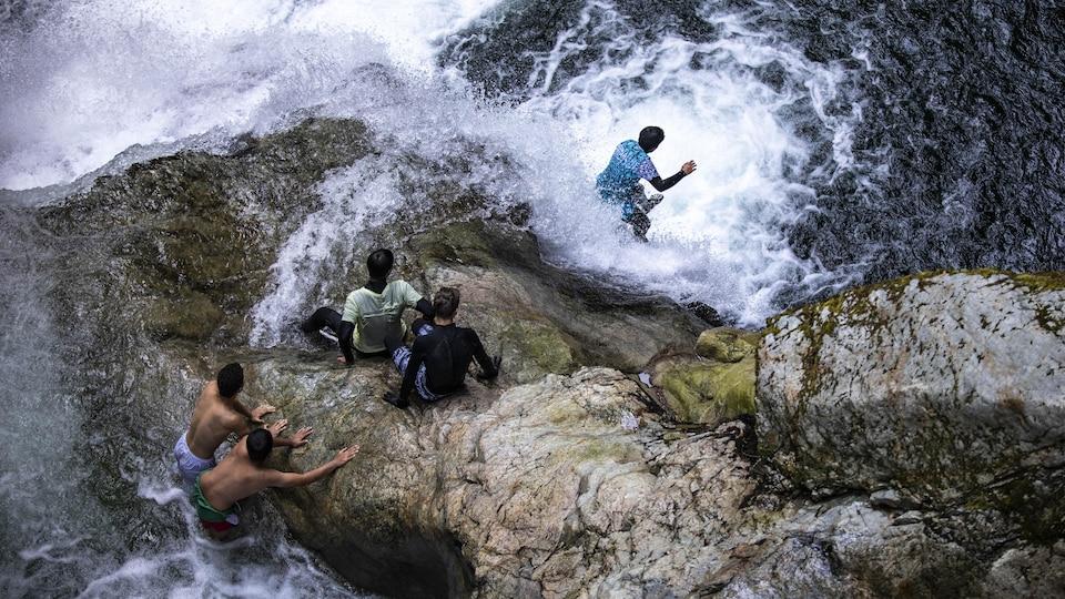 Des adolescents sautent dans les eaux des falaises de Lynn Valley Canyon, à North Vancouver.
