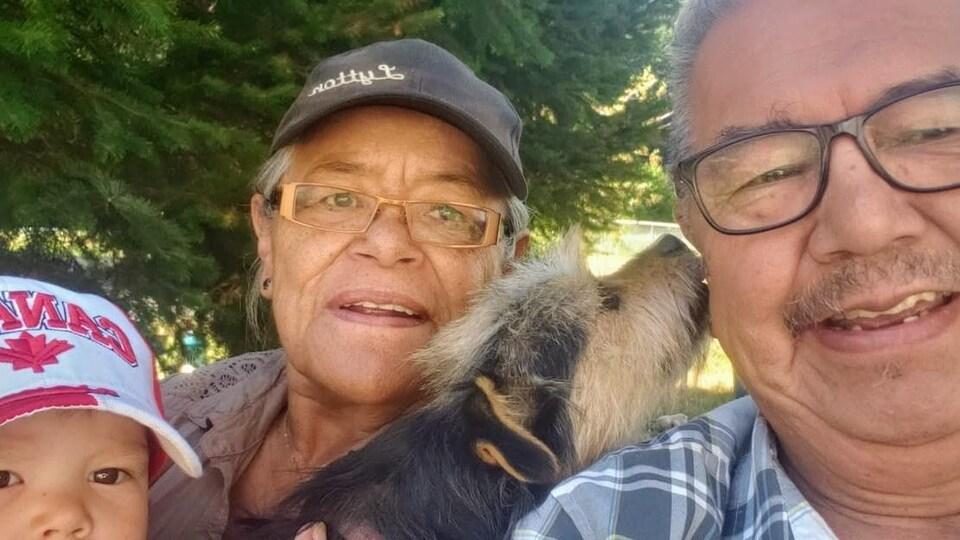 Byron Spinks et sa famille en compagnie de Baby, leur chien.