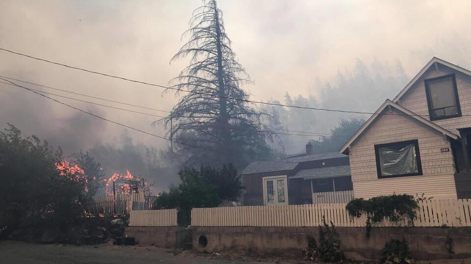 Une maison avec un feu à l'arrière.