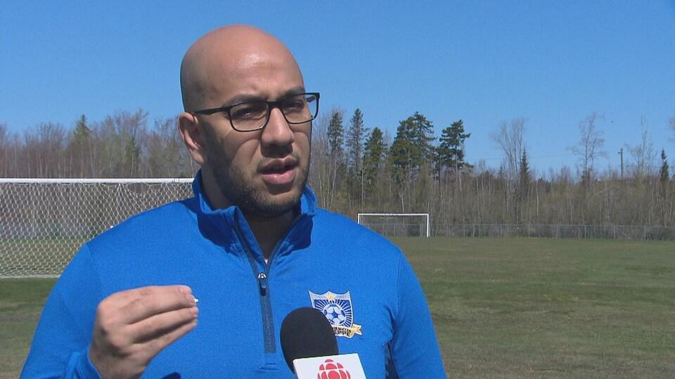 Taha Maarous interviewé sur un terrain de soccer