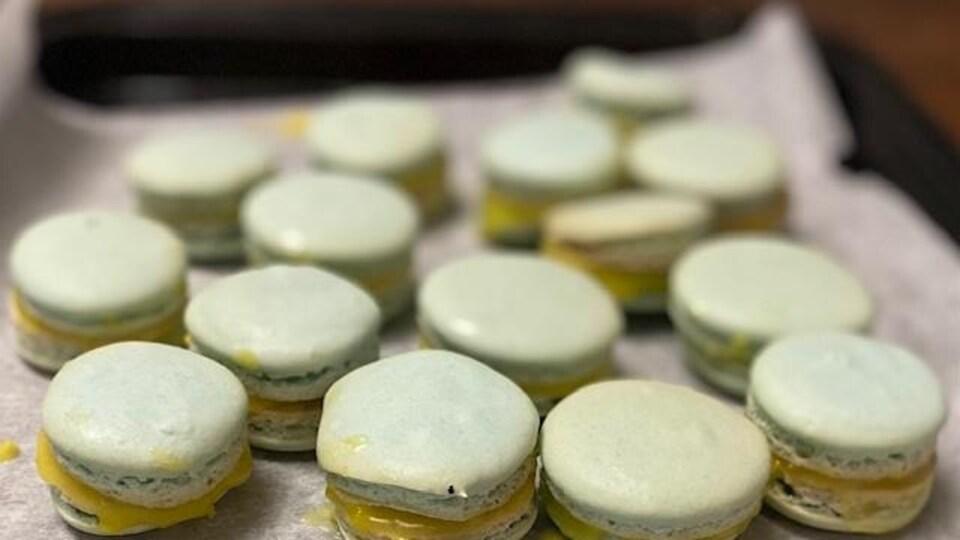 Des macarons.