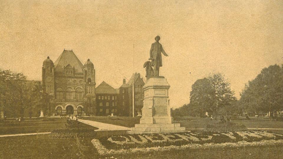 Photo d'archives des terrains de Queen's Park avec, au centre, la statue de John A. Macdonald.