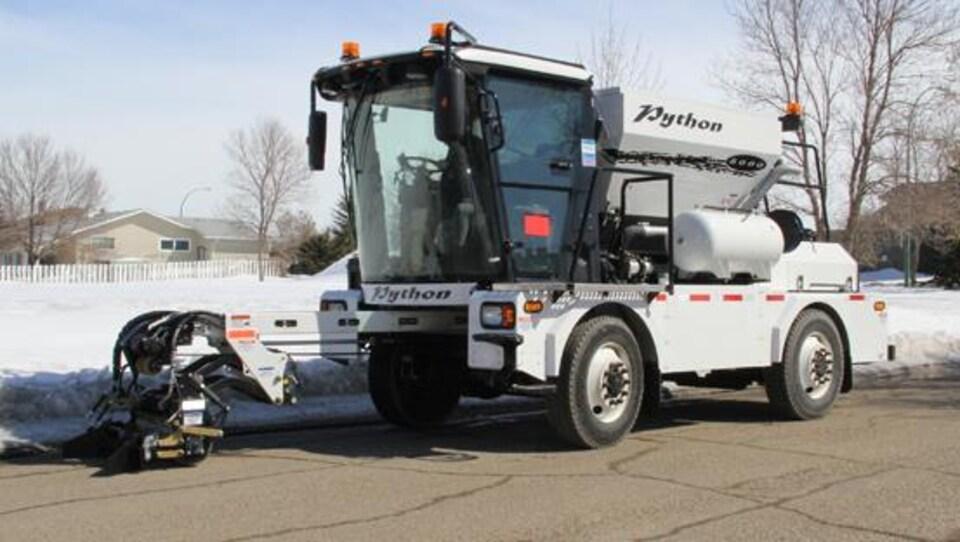 La Ville de Thunder Bay considère faire l'achat du Python 5000, une machine pour réparer les nids de poule.