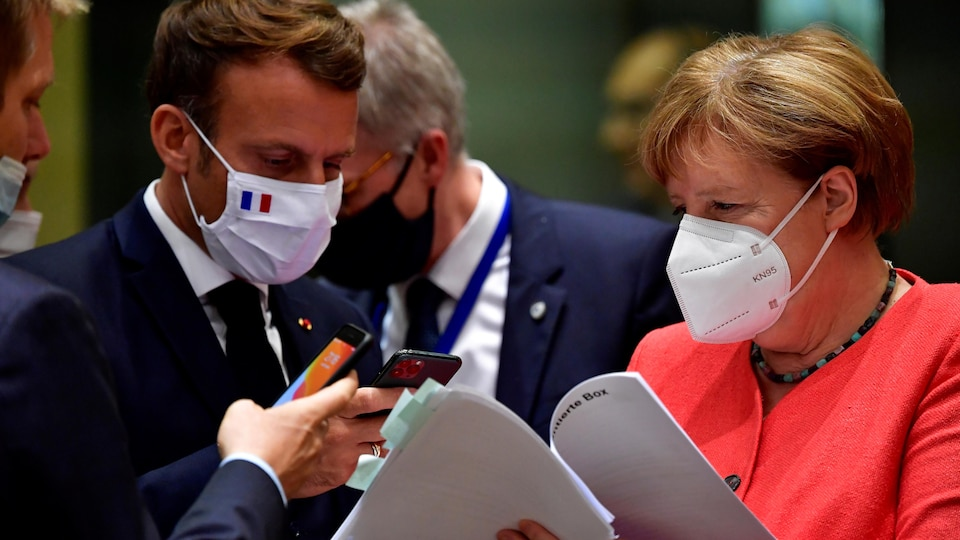 Angela Merkel et Emmanuel Macron portent le masque.