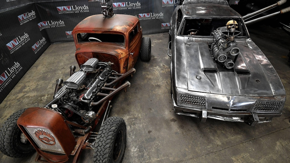 Deux voitures du film Mad Max : Fury Road.
