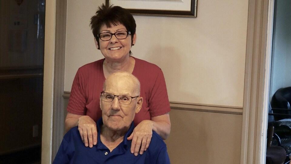 Madeleine Carrier et le plus âgé de ses pensionnaires, Victor Gauthier, 89 ans.