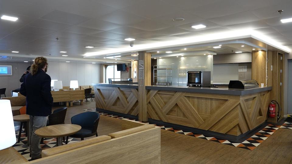 Un bar en bois avec un décor moderne.