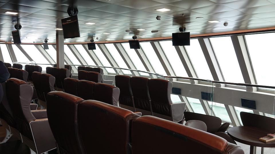 Un salon mezzanine vitrée à bord du Madeleine II.