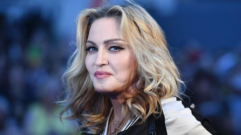 Madonne porte ses cheveux blonds détachés.
