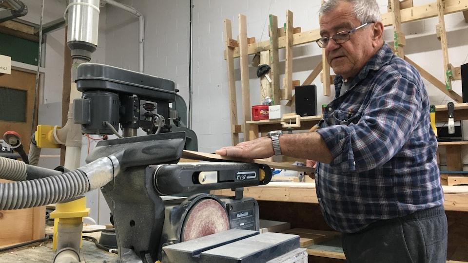 Un homme dans un atelier