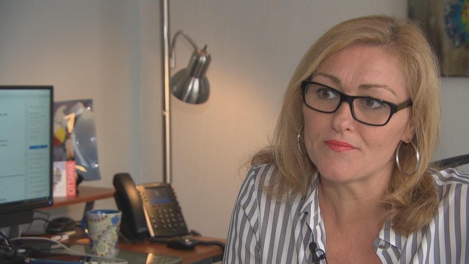 Une femme assise à un bureau